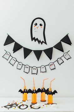 Can you believe that Halloween is only a few days away! Time to bring out the last minute ideas. This friendly ghost garland is a fun way to liven up a class party, the front windows Happy Halloween, Homemade Halloween, Halloween Birthday, Diy Halloween Decorations, Spooky Halloween, Holidays Halloween, Halloween Themes, Halloween Crafts, Diy Halloween Garland