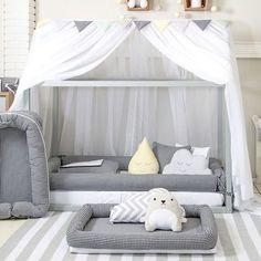 Si tienes una cama Montessori y no sabes cómo adornarla, esta es una idea maravillosa. Simple, y hermoso. ¿Ustedes que piensan? #ChildrensSpaces #EspaciosParaNiños Diseño por: @babyenxoval Baby Deco, Big Girl Rooms, Baby Boy Rooms, Baby Bedroom, Girls Bedroom, Diy Teepee, Diy Canopy, Baby Furniture, 1