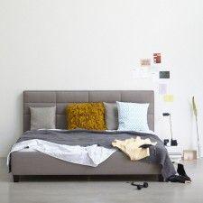graue Wand - graues Bett - beige-grauer Teppich | Comfortable bed ...