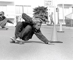 Jay Adams executes a Bert slide on Bicknell Hill, Santa Monica, California. 1975 Old School Skateboarding. Jay Adams, Lords Of Dogtown, Old School Skateboards, Vintage Skateboards, Snowboard, Tony Alva, Boho Lifestyle, Boy Ushers, Lifestyle