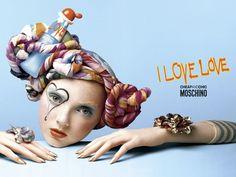 Moschino I Love Love Feminino Eau de Toilette I Love Love é luxuoso e divertido: o último presente de Moschino para a mulher apaixonada, cheia de vida, diferente e divertida. I Love Love é tão jovem quanto os sentimentos que o inspiraram...