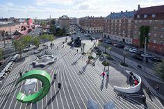 30/10/2012 - Superkilen è un parco urbano di 30.000 metri quadri a Nørrebro, il quartiere più multietnico di Copenaghen, frutto d