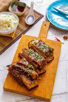 Говяжью грудинку обычно отваривают или тушат, но сувид позволяет получить нежное, мягкое и фантастически сочное мясо, которое мы доведем до ума соусом хойсин.