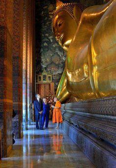 President Obama and secretary Secretary of State Hillary Rodham Clinton visit Wat Pho :)