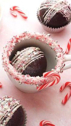 Christmas Hot Chocolate, Christmas Deserts, Christmas Drinks, Chocolate Work, Hot Chocolate Bars, Hot Chocolate Recipes, Holiday Treats, Christmas Treats, Christmas Baking