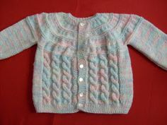 Comenzado por el cuello, con un canesú redondo y tejido a palillo con Nube este hermoso chaleco de suaves colores para tu bebé. Baby Cardigan Knitting Pattern, Knitted Baby Cardigan, Knit Baby Sweaters, Knitted Baby Clothes, Baby Hats Knitting, Crochet Baby Shoes, Knitting For Kids, Baby Knitting Patterns, Baby Patterns