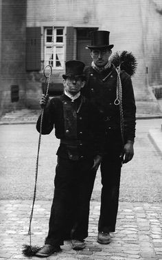 Schornsteinfeger aus den Sechziger Jahren ---- chimney sweepers from Germany… Vintage Pictures, Old Pictures, Vintage Images, Old Photos, London History, British History, Black White Photos, Black And White Photography, Victorian London