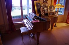 "chaplin-images-videos: "" Le piano de Charlie Chaplin au Manoir de Ban à Vevey - Chaplin's World "" Charlie Chaplin composed some of his finest scores on this piano. As a young boy in London, the beauty of music spoke to his heart, lifted him up. He..."