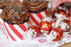 Lindt Lindor, Cupcakes, Sweet Recipes, Christmas Bulbs, Muffins, Sweets, Holiday Decor, Food, Breads