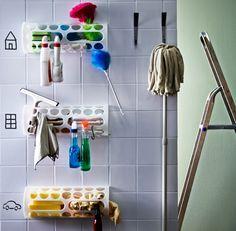 In drie VARIERA alleshouders gemonteerd aan een wit getegelde muur kan je je schoonmaakproducten netjes opbergen. Op de witte tegels…
