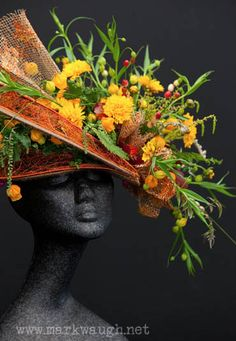 There is a new trend of incorporating flowers into clothing and accessories, especially in hats and fascinators. Fashionistas are wearing hats made entirely Deco Floral, Floral Design, Floral Headdress, Flower Festival, Floral Fashion, Green Fashion, Fancy Hats, Flower Hats, Hat Making
