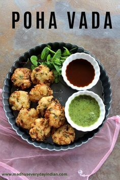 poha vada served with mint and date chutney Instant Poha Vada also called as aval Vada or avil vadai or flattened rice fritters is a quick and easy evening snack , ready in 15 minutes. Enjoy these crispy Vada with a cup of masala chai or coffee. Evening Snacks Indian, Easy Indian Snacks, Easy Evening Snacks, Indian Appetizers, Indian Food Recipes, Veg Appetizers, Indian Foods, Indian Dishes, Masala Chai