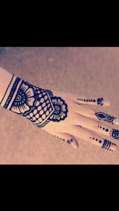 This is an easy lace henna tattoo I did on myself while watching TV as I was…