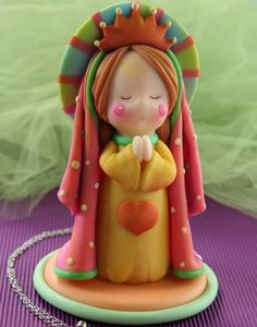 this is really cute, the mix of colors, very simple sculpting, but comes together in such perfect way. someone has a great talent. Fimo Clay, Polymer Clay Projects, Polymer Clay Art, Fantasy Cake, Salt Dough Ornaments, Polymer Clay Christmas, Clay Figurine, Fondant Figures, Pasta Flexible