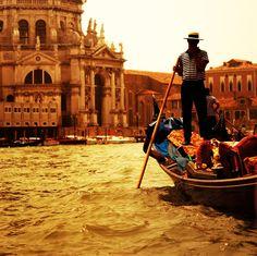 Geleneksel Venedik gandoluna yolculuk