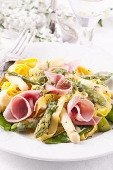 Tagliatelle paglia e fieno primaverili http://www.gustissimo.it/ricette/pasta-salumi/tagliatelle-paglia-e-fieno-primaverili.htm