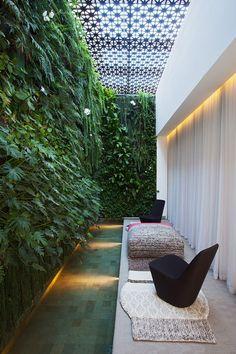 Urban Industrial Decor To A Stunning Place Patio Interior, Home Interior Design, Interior And Exterior, Spa Design, House Design, Vertikal Garden, Vertical Garden Design, Spa Rooms, Side Garden