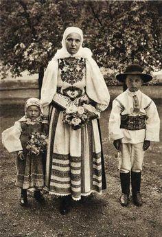 Jaader Tracht im Nösnerland/ saxon transylvania Folklore, Traditional Art, Traditional Outfits, Folk Costume, Costumes, Volga Germans, Transylvania Romania, Folk Clothing, Textiles