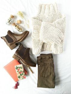 Chunky sweater, olive green skinny jeans, and chelsea boots. Ready and stylish. Fall Winter Outfits, Autumn Winter Fashion, Winter Style, Fall Fashion, Chelsea Boots Outfit, Olive Jeans, Green Skinny Jeans, Fashion Outfits, Womens Fashion