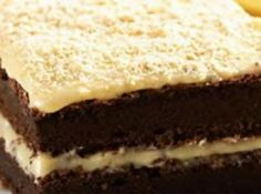Receita de Bolo de leite condensado e chocolate - bolo ao meio, recheie e... 4 ovos, 1 xic.chocolate em pó, 1/2 xic.ammido de milho, 1 colher/s fermento em pó, 12biscoitos de maizena triturada, 300gr chocolate branco, 1/2xic creme de leite