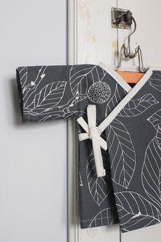 baby kimono tutorial, so cute Sewing Hacks, Sewing Tutorials, Sewing Crafts, Sewing Projects, Sewing Patterns Free, Free Sewing, Baby Patterns, Sewing For Kids, Baby Sewing