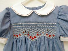 Smocked Dress with Bees diseño bonito y puntilla en cuello y mangas idea
