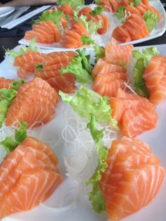 Oh yum- pregnancy cravings to the extreme Sushi Recipes, Salmon Recipes, My Favorite Food, Favorite Recipes, Salmon Sashimi, Sushi Love, Edible Food, Aesthetic Food, Japanese Food
