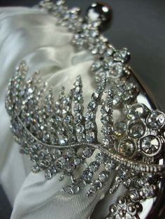 its-mademoiselle-love:  Leaf Diamante Bridal Handbag