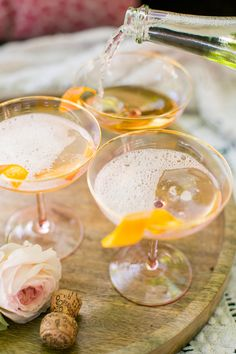 Summer Refreshers: recipes for champagne cocktails, perfect for entertaining. Combining sweet treats and flavours with your favourite champagne. Party Drinks, Fun Drinks, Yummy Drinks, Alcoholic Drinks, Beverages, Drinks Wedding, Wedding Table, Wedding Gifts, Wedding Ideas