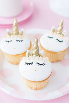 Who else has unicorn cupcakes on their 2017 baking goal list? ME TOO! But now I can finally check this one off! ;) Does anyone else feels that this is the OFFICIAL hottest year ever for the unicorn trend? Fromdonuts, cakes, cupcakes, interior decor…you name it, it's taking over the internet! This year we …