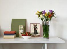 Paisagem no escritório. My Workspace, Glass Vase, Home Decor, Landscape, Interior Design, Home Interior Design, Home Decoration, Decoration Home, Interior Decorating
