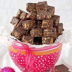 Snygga Nutella- & jordnötsbitar får du med en riktigt vass kniv. Nutella Fudge, Nutella Recipes, Chocolate Recipes, Homemade Sweets, Homemade Candies, Candy Recipes, Dessert Recipes, Desserts, Candy Cookies