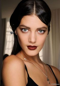 Mouth burgundy mascara thick eyebrows dyed worked discreet powder sun. Parade Etro Fall-Winter 2012/2013.