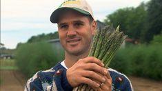 Comme tant d'autres fermiers de la région de Joliette, Mario Rondeau exploite une terre qu'il a fallu convertir quand la culture du tabac a cessé d'être viable. Cet agriculteur audacieux ne se satisfait pas de produire des asperges, une entreprise délicate qui exige de la patience, il veut être le premier Québécois à en récolter en automne. Pour y parvenir, il doit inverser le processus qui convient normalement à la plante et réunir les conditions d'un printemps artificiel. L'aventure n'est… Patience, Comme, Mario, Restaurant, Culture, Farmer, Asparagus, Deceit, Business