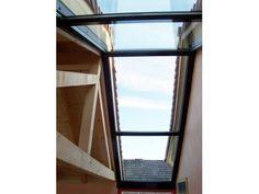 Ein Glasstreifen überbrückt die Distanz vom Altbau zum neu erbauten Haus.