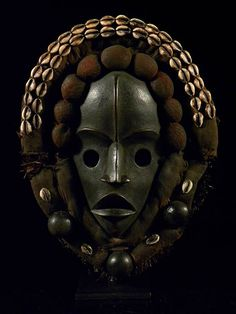 African Dan mask with cowrie shell decoration from Liberia (African-art-shop)