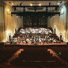 In prova nella Usher Hall di Edimburgo per il concerto inaugurale di stasera. Era dal 1948 che l'Orchestra dell'Accademia Nazionale di Santa Cecilia non prendeva parte all' @edintfest  #EdintFest #orchestra #chorus #classicalmusic #concert #santacecilia #twitter