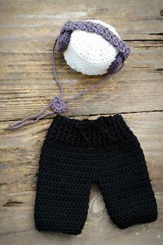 Conjunto gorro e calça confeccionados em crochê em fio antialérgico  Cor - branco off e preto (pode ser em.outras cores)  Tamanhos RN/1 a 3/3 a 6/6 a 9/9 a 12 meses