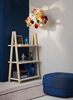 One Step Up is een boekenrek van Normann Copenhagen dat vorm, materiaal en functie combineert in een simpel maar sprekend design. De ontwerper werd geïnspireerd