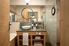 """""""Ankommen und die Steinberge bestaunen."""" Zimmergröße: 39 m² Wohltuende Boxspringbetten Natürliche, heimische Materialien Edler Eichenholzboden Geräumiges Badezimmer mit freiem Blick in den Schlafraum Ländlich-moderner Stil gepaart mit Blick auf die umliegende Natur Ein Ort zum Regenerieren und Kraft tanken Modern, Mirror, Bathroom, Design, Furniture, Home Decor, Warm Paint Colors, Living Area, Nature"""