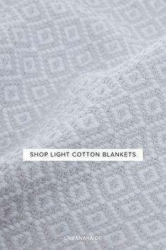 Unsere Decke Mondego wurde von unseren Partnern in Portugal aus 100% reiner Baumwolle per Hand gefertigt. Ein detailreiches, feines Diamantmuster mit leicht abgesetztem Saum verleiht der Decke ein orientalisches Flair und lässt sie zeitlos schön wirken. Dank seiner Oberflächenstruktur ist der Baumwollstoff weich und angenehm. Mondego ist somit der perfekte Begleiter für laue Sommernächte auf der Terrasse oder im Garten. Entdecken Sie mehr von URBANARA. Cotton Blankets, Soft Blankets, Natural Bedroom, Shop Lighting, Cotton Lights, Linen Bedding, No Time For Me, Shopping, Portugal
