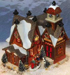 Keramik Lichthaus Haus mit Türmchen - Das schicke Stadthäuschen ist ein echter Hingucker und ein tolles Element für Ihre Weihnachtslichterstadt. Auch wenn's draußen friert, wird es in dem mit Kränzen geschmückten Holzhaus kuschelig warm sein. Sogar außen hat das hübsche Lichthaus einen Kamin.