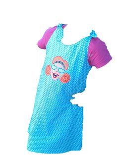 Let´s start the Party! Tolles Sommerkleid aus weißem Baumwollstoff mit kleinen blauen Blümchen darauf. Auf dem Vorderteil ziert eine Stickerei aus der