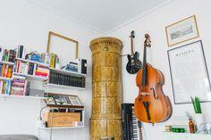 Torsgatan 49 på NOOKS   Hem som kanske är till salu.  https://nooks.se/apartment/eadf639b-f8d3-4b5b-954d-51b3746f9fdf #fireolace #tilestove #oven #interiordesign #scandinaviandesign #music #instruments #pastels #books #bookshelf #guitar #cello #browntile #whitewalls #stockholm #hellonooks #nooks #copper #greysofa #mirror #bohemic #frames #pictures #map