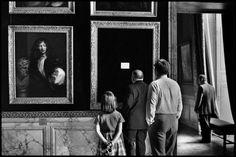Elliott Erwitt FRANCE. Yvelines department. 1975. The Palace of Versailles. Magnum Photos -