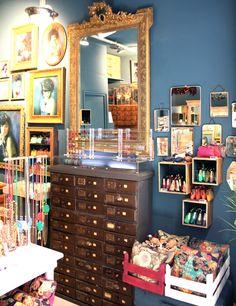 Intérieur de la boutique de #camillelescure #deco #bijoux #creatrice #miroirvintage #casiers #cadresanciens
