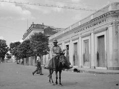 Escena de una calle de Yauco, Puerto Rico (1942) www.combatebeach.com