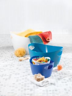 Bottichelli washtub S by Koziol - This functional and attractive washtub, ideally suited to serve as a laundry basket, comes from the Bath collection by the German manufacturer Storage Tubs, Fireplace Logs, Small Tub, Wash Tubs, Clothes Pegs, Tidy Up, Laundry Basket, Bunt, Flower Pots