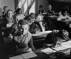 firsttimeuser:    Kinderen in klederdracht in een schoolklas, Staphorst, 1950s  photo by CasOorthuys