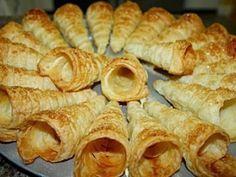 Cornetti cu crema de vanilie, Rețetă Petitchef Sausage, Garlic, Deserts, Meat, Vegetables, Easter, Food, Sausages, Easter Activities